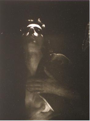 Ulay, 'Zelfportret', Amsterdam, 1972. Ontwikkelgelatinezilverdruk, 22,5 x 18,5 cm, collectie Stedelijk Museum Amsterdam