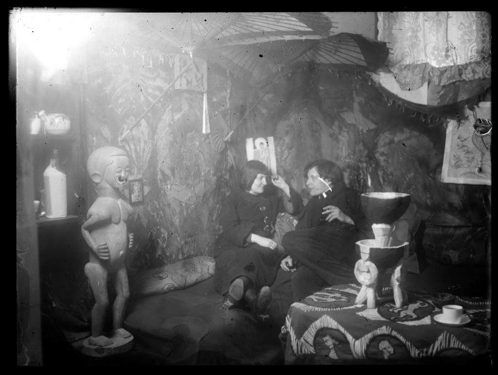 Ernst Ludwig Kirchner: Erna Schilling (Kirchner) and Ernst Ludwig Kircher in the studio in Durlacher Straße 14, Berlin, ca. 1912–1914, photograph, 18 x 24 cm. Kirchner Museum Davos, Donation of the Estate of Ernst Ludwig Kirchner, 1992.