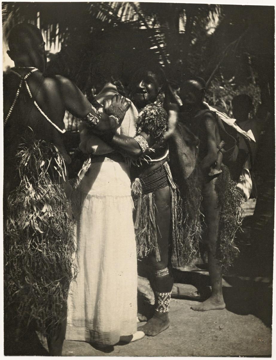 Onbekende fotograaf, Ada Nolde met inheemse vrouwen op het eiland Pak of Manus, Papoea-Nieuw-Guinea 1914. Archiv der Nolde Stiftung Seebüll. © Nolde Stiftung Seebüll