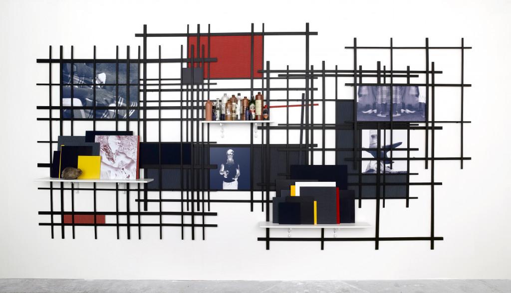 Remy Jungerman, GUARDIAN HAVANA, katoen, kokosnoot, legplanken, fotoprints, flessen, jeneverkruiken, hout (vuren, multiplex), 500 x 250 x 30 cm, 2009. Courtesy van de kunstenaar en Galerie Ron Mandos. Fotografie Aatjan Renders
