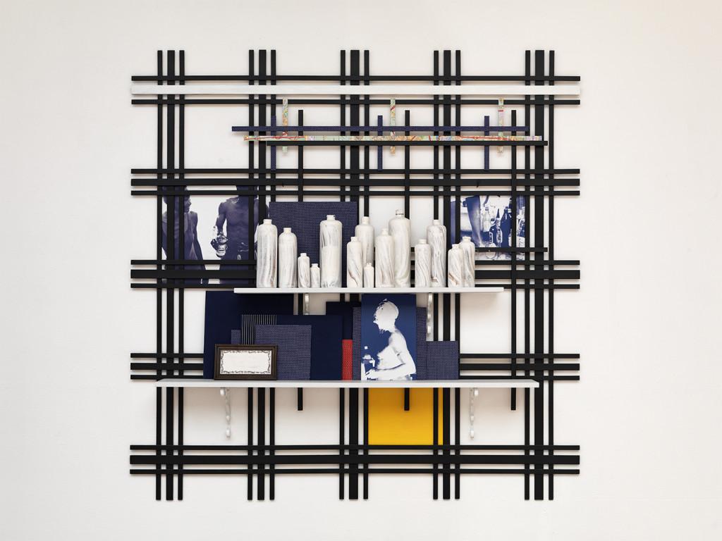Remy Jungerman, WISE WORDS, katoen textiel, kaolien (pimba), jenever flessen, fotoprints, tegel, kaart, hout (vuren, multiplex), 172 x 173 x 23 cm, 2010. Courtesy van de kunstenaar en Galerie Ron Mandos. Fotografie Aatjan Renders