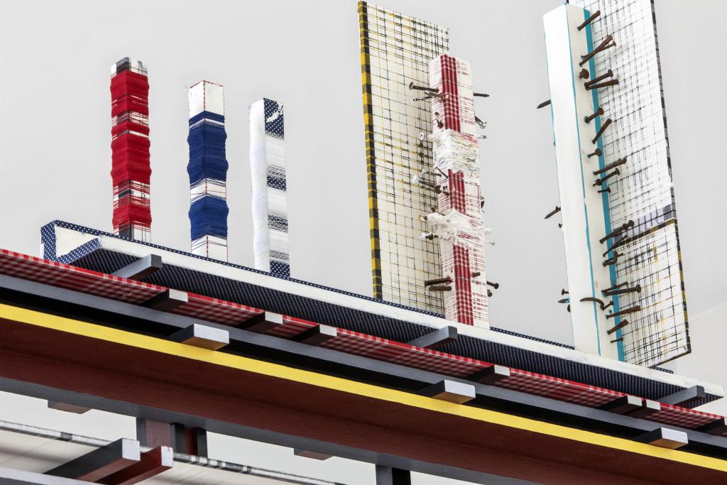 Remy Jungerman, VISITING DEITIES, detail Horizontal Obeah GEENGESITONU III, katoen textiel, kaolien (pimba), garen en spijkers, hout (tulpenhout), 2018, Kunstmuseum Den Haag - aankoop met steun van het Mondriaan Fonds. Fotografie: Aatjan Renders