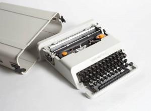 Ettore Sottsass en Perry King, lichtgrijze Valentine typemachine voor Olivetti, 1969, coll. Stedelijk Museum Amsterdam.