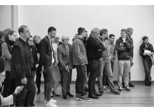 Publiek bij Kiss (2002) Tino Sehgal, april 2015. Foto Martijn van Nieuwenhuyzen