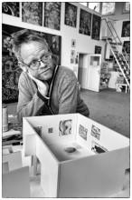 Anton Henning in zijn atelier in Manker (bij Berlijn) met een model voor zijn installatie in BAD THOUGHTS, mei 2014. Foto: Martijn van Nieuwenhuyzen
