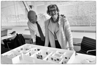 Jeannette en Martijn Sanders in het Stedelijk Museum bij de eerste maquette van de tentoonstelling, voorjaar 2014. Foto: Martijn van Nieuwenhuyzen