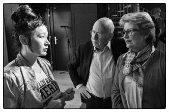 Hito Steyerl in gesprek met Martijn en Jeannette Sanders bij de opening van haar tentoonstelling in het Van Abbemuseum, Eindhoven, april 2014. Foto: Martijn van Nieuwenhuyzen