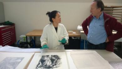 Soji Chou (conserveringsmedewerker papierrestauratie) met kunstenaar Frank van den Broeck in gesprek over de presentatie van zijn werk voor BAD THOUGHTS. mei 2014. Foto: Martijn van Nieuwenhuyzen