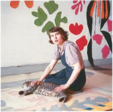 Atelierassistent Annelies Nelck met contourtekening op transparant papier van Matisse' knipselwerk Apollo op de vloer in Hôtel Régina, Nice, c. 1953 © Succession H. Matisse, c/o Pictoright Amsterdam.