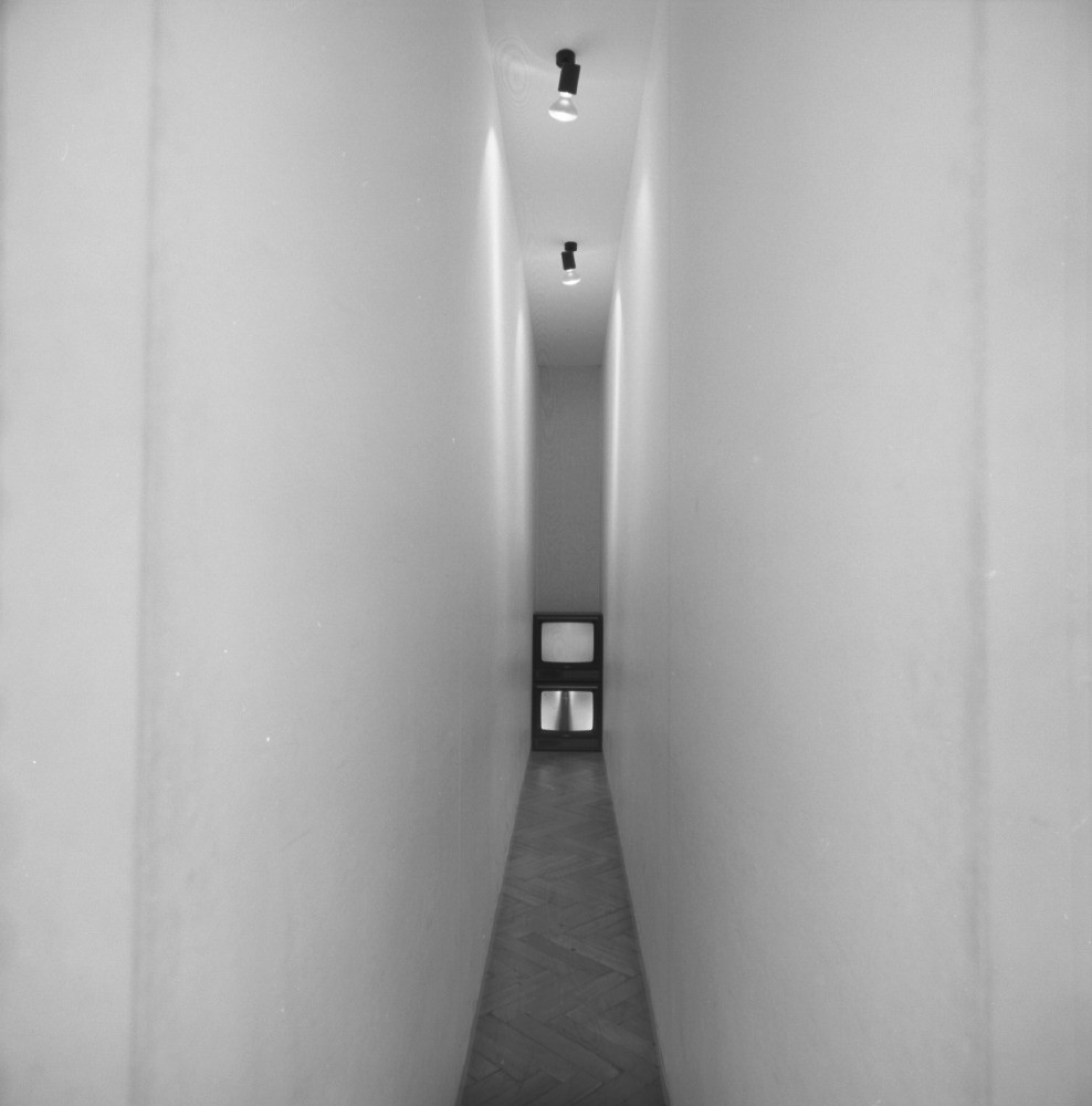 Bruce Nauman, 'Corridor with Life Image and Taped Image' (1970), coll Giuseppe Panza di Biumo. Tentoonstelling ''60 – '80', Stedelijk Museum.