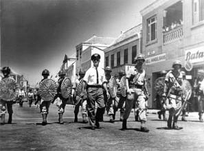 Nederlandse mariniers en oproerpolitie van Curaçao in Willemstad, 30 mei 1969. Collectie: Fotoafdrukken Koninklijke Marine. (c) NIMH.