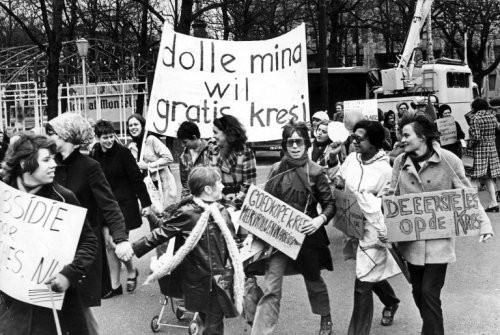 Dolle Mina's willen een gratis kresj, maar bedoelen een crèche, 1970. Ine van der Schaaf/Spaarnestad