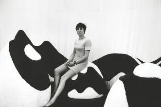 Erling Mandelmann, Maria van Elk in het interieur van de 'Soft Living Room', 1968-1969. Collectie Stedelijk Museum Amsterdam