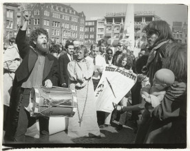 Coen Tasman, Campaign demonstration of the Kabouter Party, 1970. Collection Rijksmuseum, Amsterdam