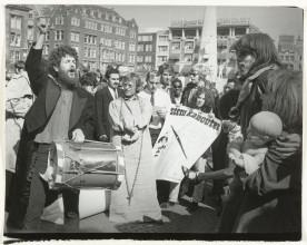 Coen Tasman, Verkiezingsteejater van de Kabouterpartij, 1970. Collectie Rijksmuseum, Amsterdam