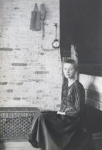 Louwrien Wijers zittend, 1971. Collectie Louwrien Wijers