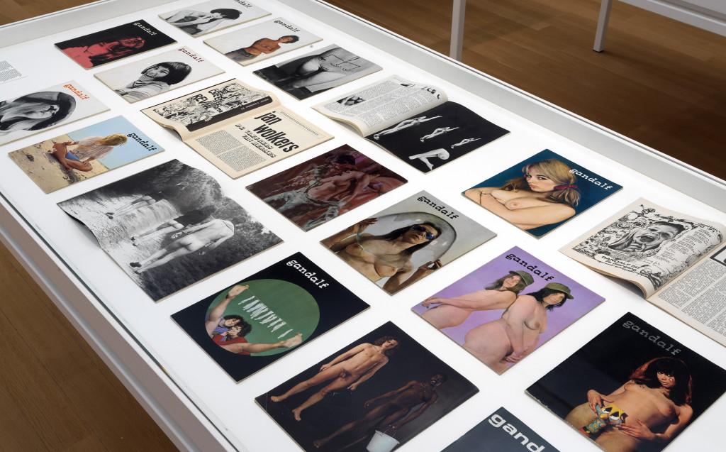 Naakt in tijdschriften tijdens de tentoonstelling Amsterdam Magisch Centrum in het Stedelijk Museum Amsterdam. Foto: Gert-Jan van Rooij.