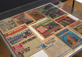 Several editions of the magazines Aloha and Hitweek during the Amsterdam Magisch Centrum exhibition at the Stedelijk Museum Amsterdam. Photo: Gert-Jan van Rooij.