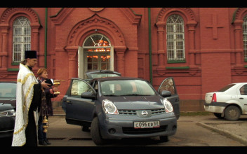 Polina Medvedeva, 'The Champagne Drinkers: Russia's Informal Economy from the Back Seat of a Taxi', 2015-2018, videoprojectie, tweekanaals video-installatie op 4 smartphones, 5 autostoelen, courtesy de kunstenaar