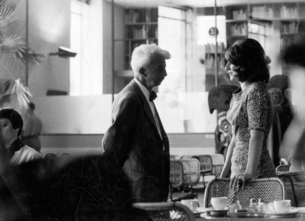 Willem Sandberg en Jacqueline de Jong in het restaurant van het Stedelijk Museum Amsterdam, 1958. Foto: Bob Alberts.