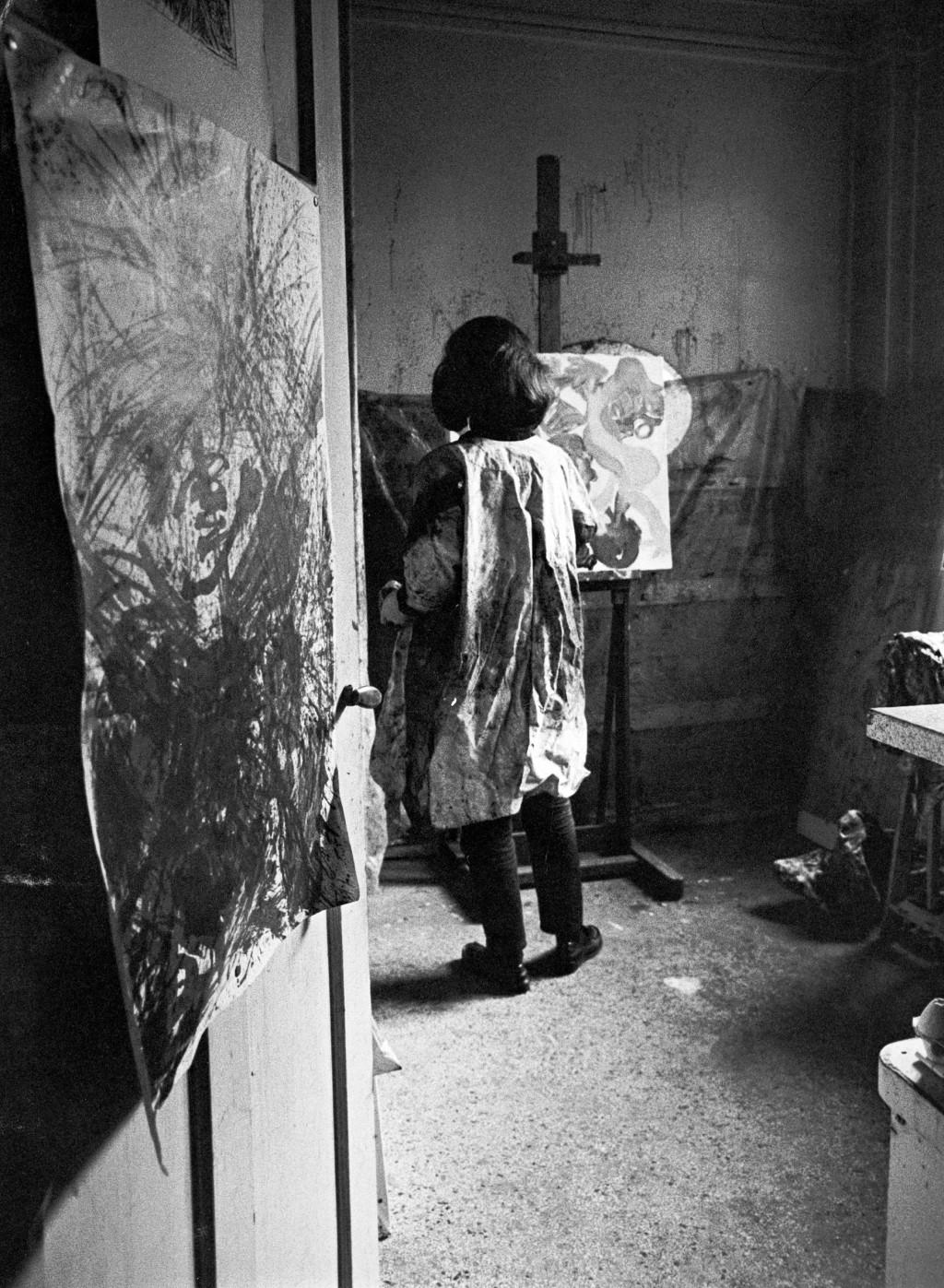 Jacqueline de Jong in haar atelier aan 97 rue de Charonne, Parijs. Archief Jacqueline de Jong.