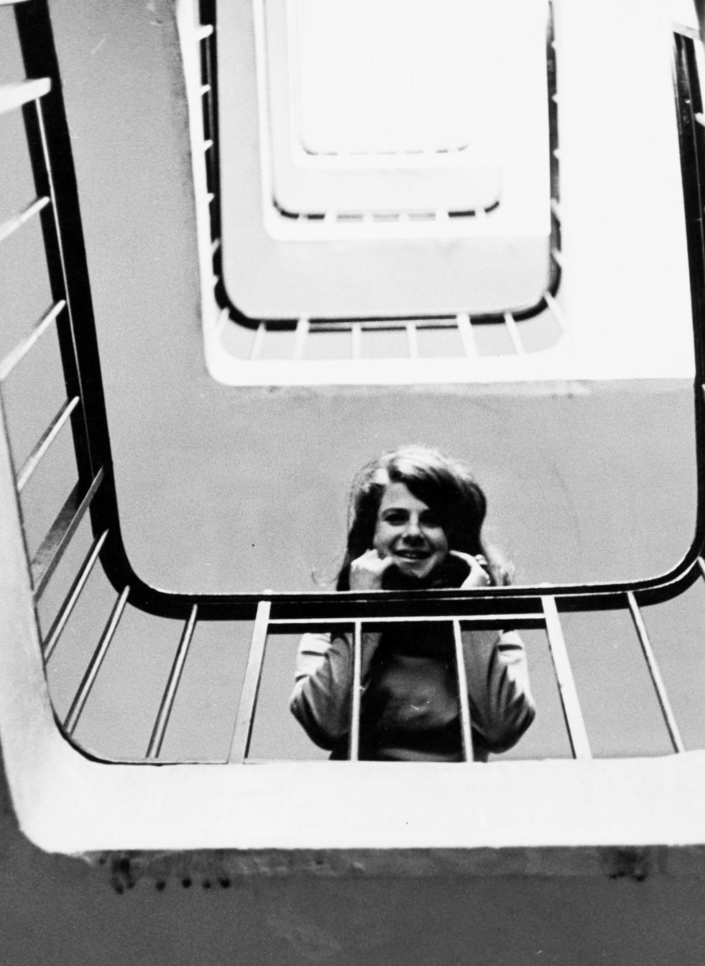 Jacqueline de Jong in het trappenhuis van haar atelier aan 97 rue de Charonne, Parijs. Archief Jacqueline de Jong.
