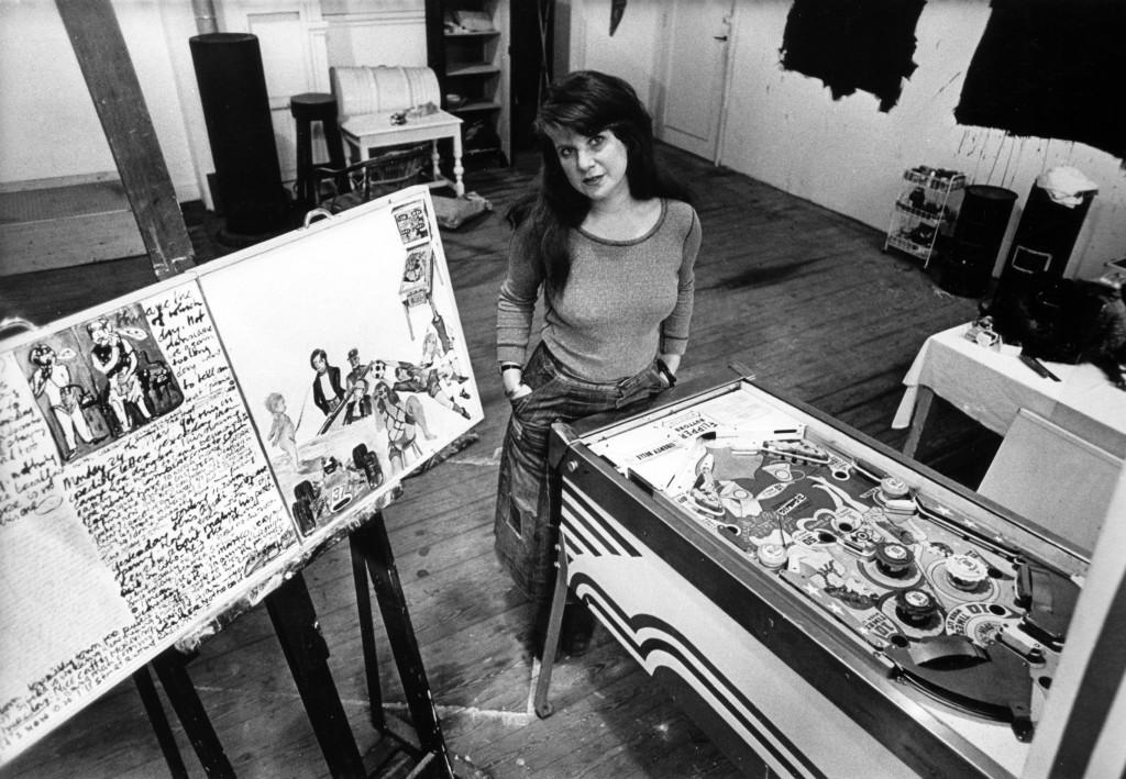 Jacqueline de Jong in haar atelier met flipperkast. Archief Jacqueline de Jong. Foto: Nico Koster/Maria Austria Instituut.