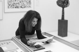 Jacqueline de Jong tijdens het inrichten van de tentoonstelling 'Pinball Wizard', 4 februari 2019. Foto: Martijn van Nieuwenhuyzen.