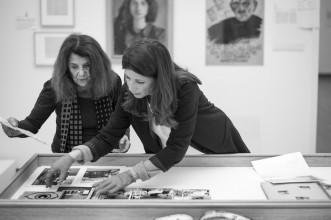 Jacqueline de Jong en Margriet Schavemaker tijdens het inrichten van de tentoonstelling 'Pinball Wizard', 4 februari 2019. Foto: Martijn van Nieuwenhuyzen.