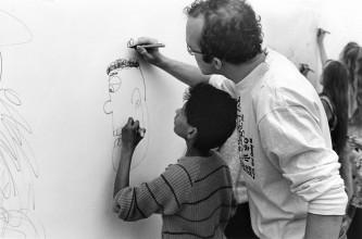8ddade07 Kunstkijkuren at the Stedelijk with Keith Haring, Stedelijk Museum,  Amsterdam, probably 17 of 18 March 1986, Photo Taco Anema. Archive  Stedelijk Museum.