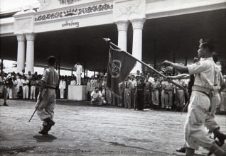 Ill.1 Henri Cartier-Bresson, Parade of the National Army of Indonesia after the Inauguration of Sukarno, Kraton Yogyakarta, 17 December 1949, Stedelijk Museum Amsterdam