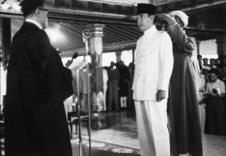 Ill. 2 Henri Cartier-Bresson, Sukarno Sworn in as President of the Republik Indonesia Serikat by Dr Kusuma Atmadja, Kraton Yogyakarta, 17 December 1949, Stedelijk Museum Amsterdam