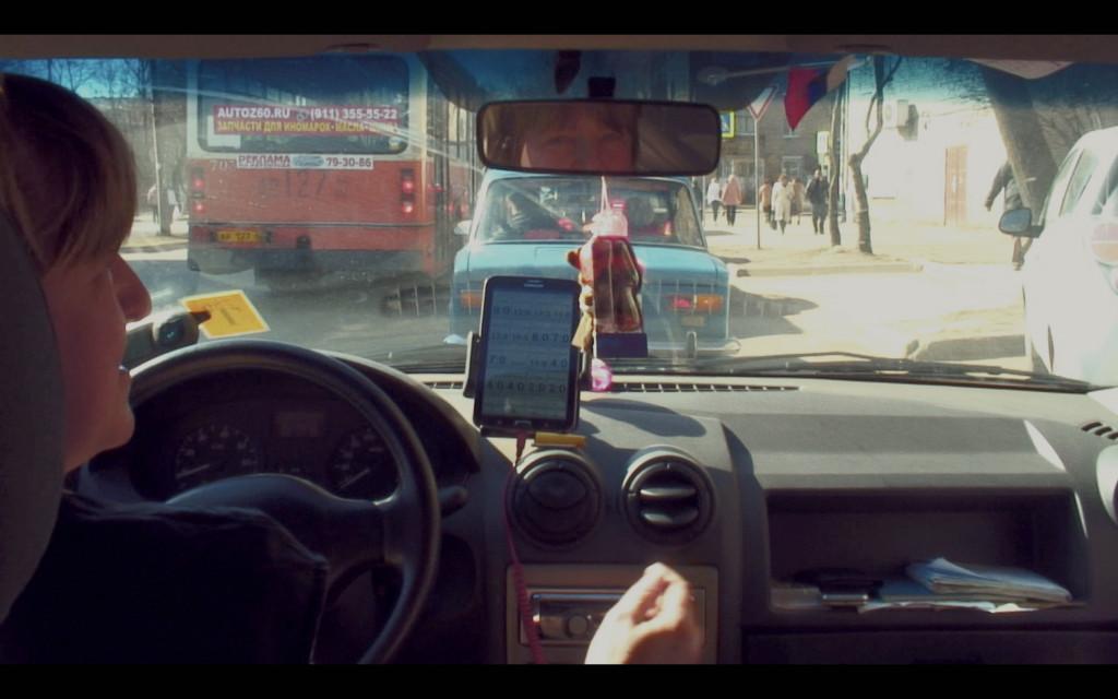 Polina Medvedeva, 'The Champagne Drinkers: Russia's Informal Economy from the Back Seat of a Taxi', 2015-2018, videoprojectie, tweekanaals video-installatie op 4 smartphones, 5 autostoelen, courtesy de kunstenaar