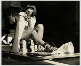 Iris de Leeuw demonstreert het speespak in het Luuks Lab te Meersen, september 1966.