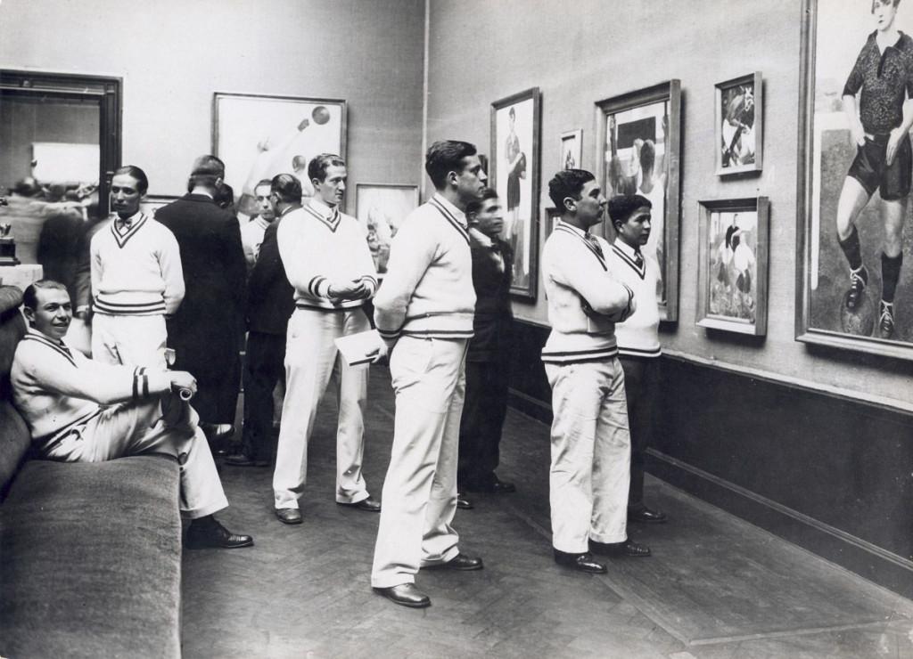 Angel Zarraga's Vrouwenvoetbal-schilderijen op de kunst-Olympiade (Concours et exposition d'art olympique) in het Stedelijk Museum, Amsterdam, 1928. Foto: Spaarnestad.