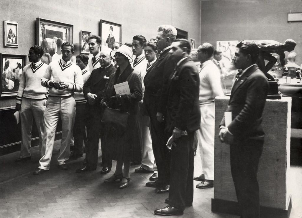 Angel Zarraga's voetbal en rugby-schilderijen op de kunst-Olympiade (Concours et exposition d'art olympique) in het Stedelijk Museum, Amsterdam, 1928. Foto: Spaarnestad.