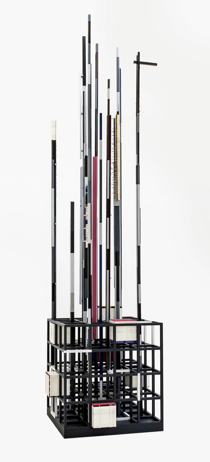 Remy Jungerman, 'PROMISE IV', 2018-2019. Katoen textiel, kaolien (pimba), garen, spijkers, teer, kralen, hout (tulpenhout en multiplex), 498 x 136 x 134 cm. Foto: Aatjan Renders. Met dank aan de kunstenaar en Galerie Ron Mandos.