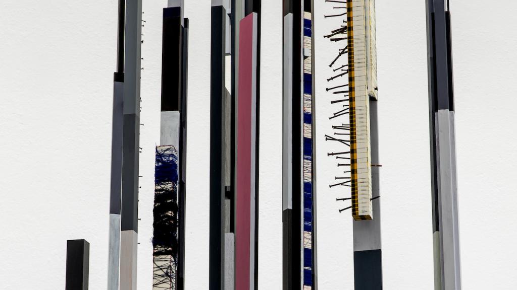 Remy Jungerman, 'PROMISE IV' (detail), 2018-2019. Katoen textiel, kaolien (pimba), garen, spijkers, teer, kralen, hout (tulpenhout en multiplex), 498 x 136 x 134 cm. Foto: Aatjan Renders. Met dank aan de kunstenaar en Galerie Ron Mandos.