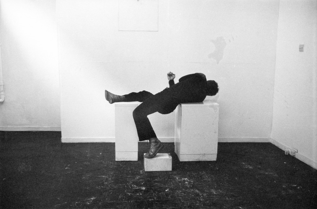 Bruce McLean, 'Pose Work for Plinths' (detail), 1971. Zwart-witfoto, × 25.5 cm. Met dank aan de kunstenaar en Tanya Leighton, Berlin.