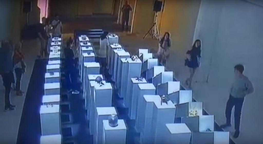Omgevallen sokkels in The 14th Factory, Los Angeles. De schade liep op tot 200.000 dollar (175.000 euro). Beeld uit Party Pooper video, https://www.youtube.com/watch?v=SsKyxf12QVo.