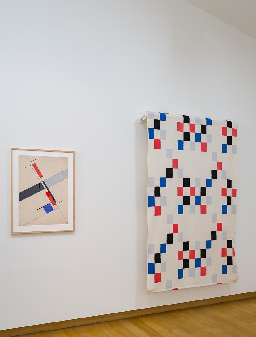 Nicolaas Warb (Fine Warburg), Composition, 1939, gift of Francis Nicolas, Paris, 1970; Sonia Delaunay, curtain fabric, 1951, produced by Metz & Co., Amsterdam. Photo: Peter Tijhuis.