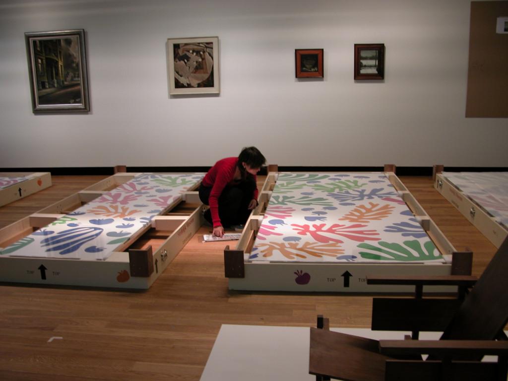 Conservator Monica Marchesi is checking the condition of La Perruche et la sirène van Henri Matisse in the Van Gogh Museum.