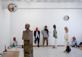 Sander Breure & Witte van Hulzen, 'the Thief', 2019. Keramiek, beton, gips, textiel, hout. Zaalopname bij Marres Maastricht, 2019. Photo: Gert Jan van Rooij
