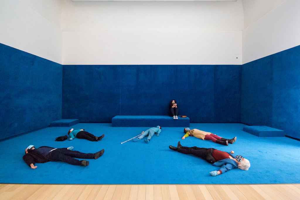 Sarah van Lamsweerde i.s.m. Alicia Hoost en Leroy de Böck, Sightless Seeing #4: Acquisitions, Stedelijk Museum Amsterdam, 2020, foto Maarten Nauw