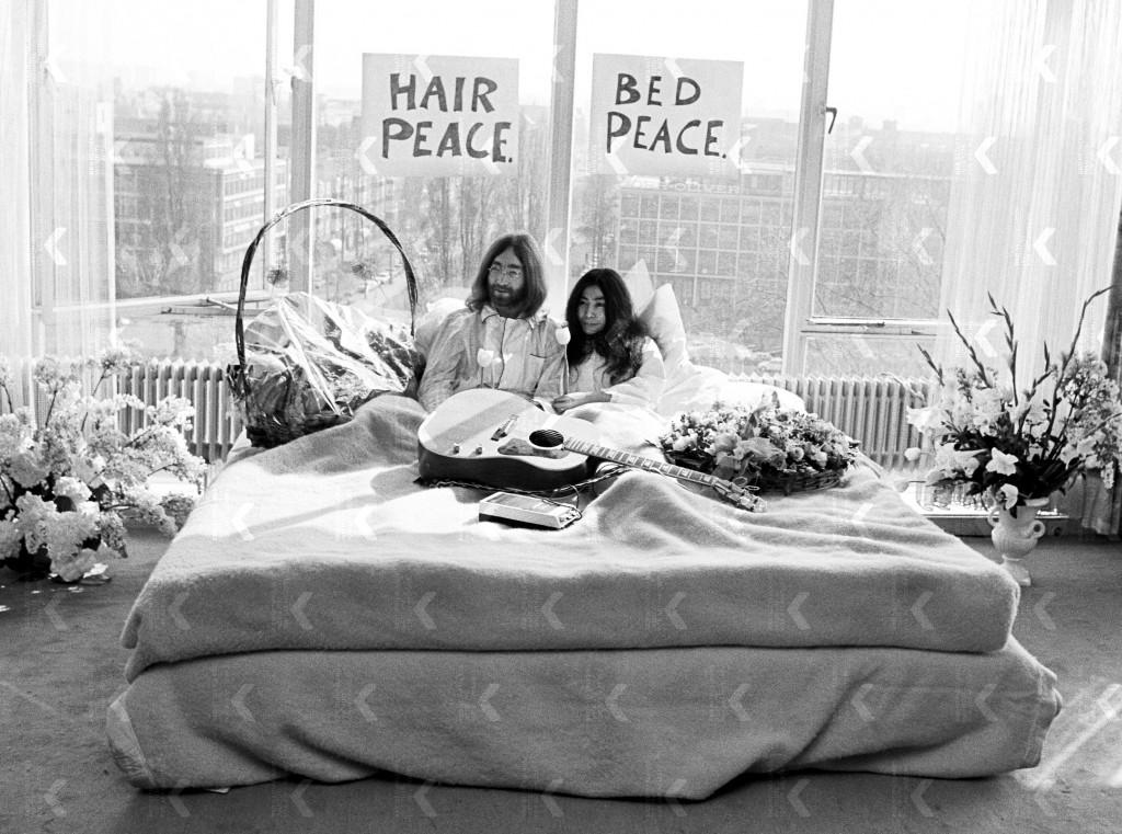 John Lennon en Yoko Ono tijdens hun vreedzame 'bed-in' protest in het Hilton hotel, Amsterdam. Foto: Nico Koster