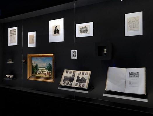 Zaalopname Carlos Motta: The Crossing, 2017, Stedelijk Museum Amsterdam. Foto: Gert Jan van Rooij.