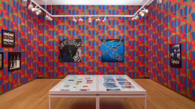 Zaalopname, Echte Luxe…, 2018, Stedelijk Museum Amsterdam. General Idea's AIDS Wallpaper (1989) is een gezamenlijke aankoop van Centraal Museum, Utrecht en Stedelijk Museum Amsterdam met steun van de Vereniging Rembrandt, 2018. Foto: Peter Tijhuis