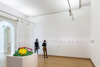 Voor: Jeff Koons, 'Mound of Flowers', 1991. Collectie Stedelijk Museum Amsterdam. Achtergrond: John Knight 'Autotypes, A Work in Situ',  2011. Collectie Stedelijk Museum Amsterdam . Foto: Peter Tijhuis