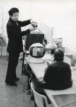 Nam June Paik installeert TV Buddha in het Stedelijk Museum. Foto: Rene Block