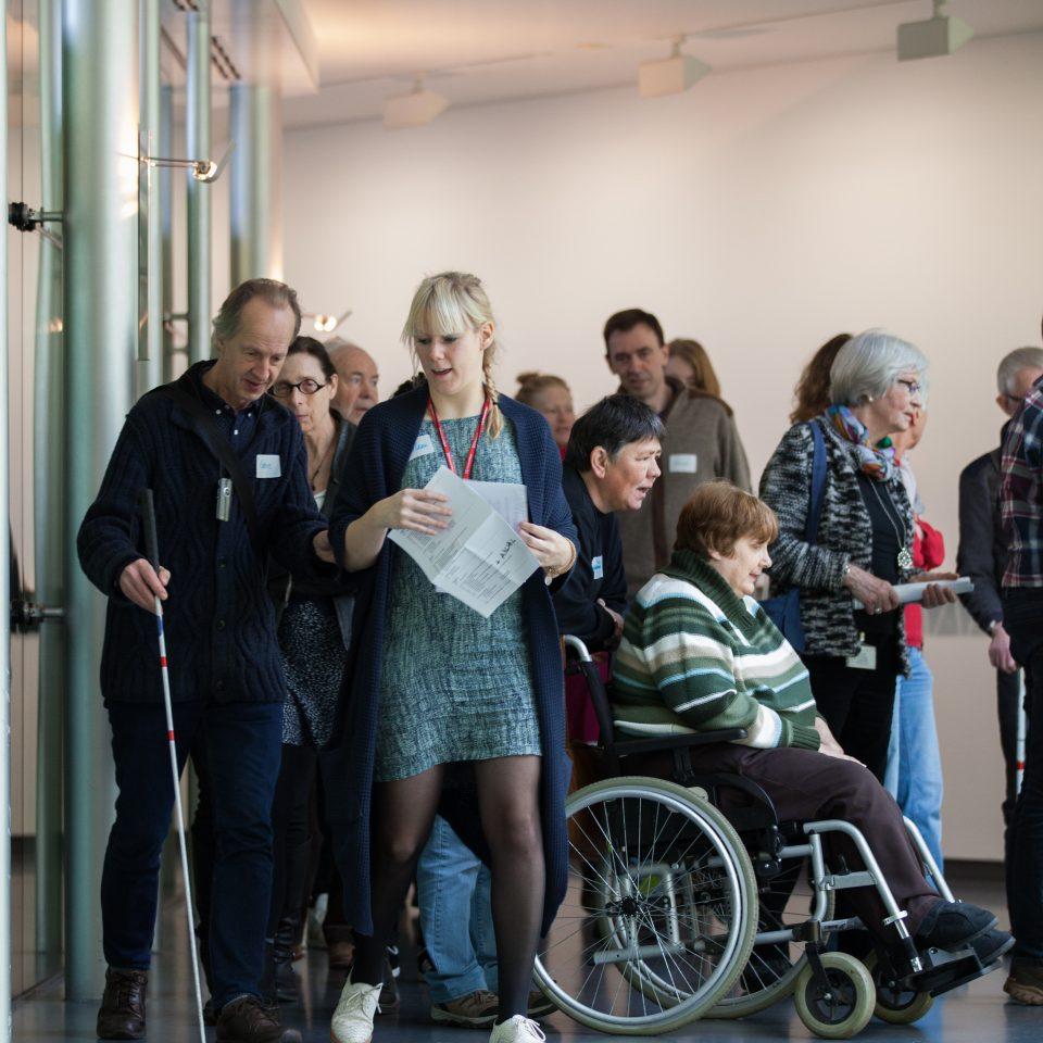 Blinde bezoekers en rolstoelgebruikers in het Van Abbemuseum